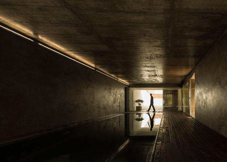 The-Hill-Cork-House-by-Contaminar-Arquitectos_dezeen_ss_6.jpg