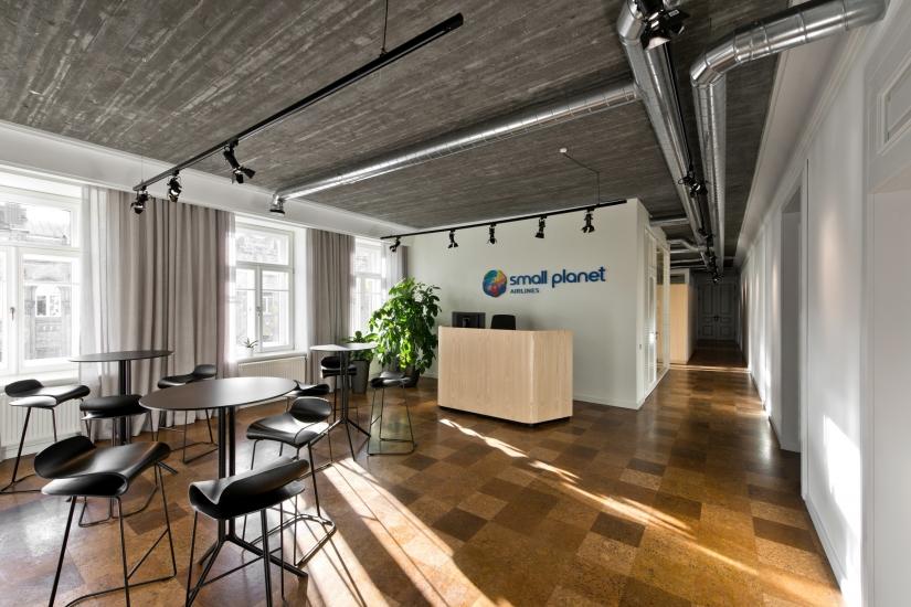 Главный офис компании Small Planet Airlines выполнен в необычном дизайнерском решении